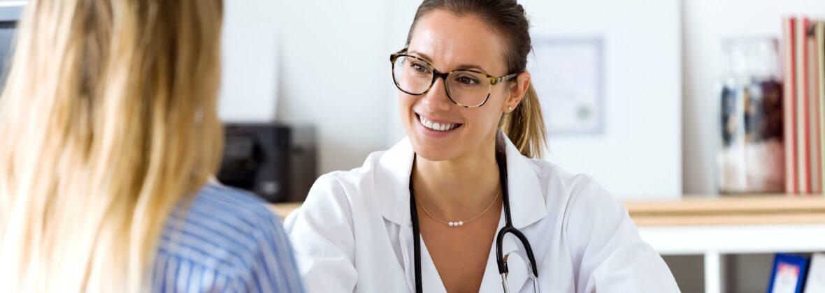 Adobe Stock Ärztin Patient am Tisch 165536404