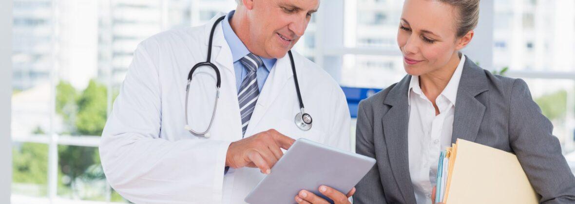 Adobe Stock Arzt Verwaltung im Gespräch 83991175